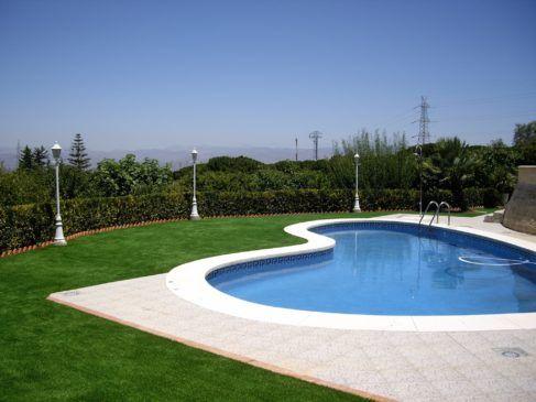 piscina cesped